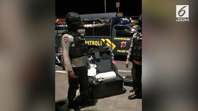 Warga Manado digegerkan atas penemuan sebuah koper hitam yang tergeletak begitu saja di atas trotoar tepat di perbatasan Jalan Wolter Monginsidi dan Jalan Pierre Tendean Boulevard.