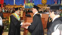 Gubernur Soekarwo menerima anugerah gelar Doktor Honoris Causa Bidang Ekonomi dari Unair (Liputan6.com/Dian Kurniawan)