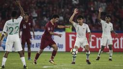 Gelandang Timnas Indonesia, Luthfi Kamal, mengangkat tangan saat melawan Qatar pada laga AFC U-19 Championship di SUGBK, Jakarta, Minggu (21/10). Indonesia kalah 5-6 dari Qatar. (Bola.com/Vitalis Yogi Trisna)
