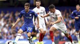Gelandang Chelsea, Christian Pulisic, berusaha melewati bek Sheffield United, John Egan, pada laga Premier League di Stadion Stamford Bridge, London, Sabtu (31/8). Kedua klub bermain imbang 2-2. (AP/John Walton)