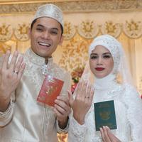 Pasangan Artis, Ben Kasyafani dan Nesyana Ayu Nabila memperlihatkan cincin nokah usai ijab kabul, Jakarta, Sabtu (30/07). Ben dan Inez nantinya akan menggelar resepsi pernikahan di Grand Ballroom Ritz Carlton Hotel,Jaksel. (Liputan6.com/Herman Zakharia)