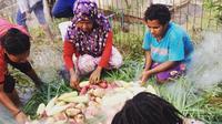Ritual barapen atau memasak dengan bakar batu, menjadi salah satu cara untuk menghentikan konflik di Papua. (Liputan6.com/Katharina Janur)