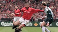 2. Eric Cantona, dirinya merupakan salah satu icon kebangkitan MU era 90an. Pesepak bola bengal berkebangsaan Prancis ini menjadi salah satu pemain kesayangan fans Setan Merah. (AFP/Gerry Penny)