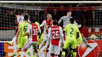 IMBANG - Ajax Amsterdam ditahan imbang Glasgow Celtic. (Petaka menimpa Celtic pada menit ke-6. Emilio Izaguirre mendapatkan kartu kuning kedua usai menjegal El Ghazi. Gol penyeimbang Ajax lahir saat laga tersisa dua menit melaluo aksi Lesse Schone)