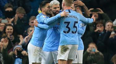 Selebrasi gol tunggal Sergio Aguero pada laga lanjutan Premier League yang berlangsung di Stadion Etihad, Manchester, Kamis (28/2). Manchester City menang 1-0 atas West Ham United. (AFP/Lindsay Parnaby)