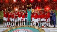Para pemain Bayern Munchen merayakan gelar juara DFB Pokal setelah mengalahkan RB Leipzig di Stadion Olympic, Berlin, Sabtu (25/5). Munchen menang 3-0 atas Leipzig. (AFP/Odd Andersen)