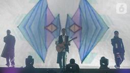 """Aksi panggung RAN dalam konser """" Marcell Tujuh Belas"""" di Balai Sarbini, Jakarta, Jumat (18/10/2019). Dalam penampilannya mereka membawakan lagu hitsnya yaitu candu asmara dan pandangan pertama. (Liputan6.com/Faizal Fanani)"""