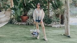 Berlibur di Pulau Dewata, wanita kelahiran Padang ini pun nampak menanggalkan high heelsnya, ia memilih untuk mengenakan sandal wedges yang memiliki alas rata. (Liputan6.com/IG/nindyparasadyharsono)