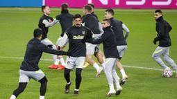 Pemain Atletico Madrid, Stefan Savic, saat sesi latihan jelang laga Liga Champions di Moskow, Senin (2/11/2020). Atletico Madrid akan berhadapan dengan Lokomotiv Moscow. (Yuri Kochetkov/Pool via AP)