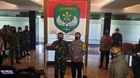 Kapolda Metro Jaya Irjen Fadil Imran mengunjungi Pandam Jaya Mayjen Dudung Abdurachman di Makodam Jaya, Cililitan, Jakarta Timur. (Liputan6.com/Nanda Perdana Putra)