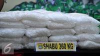 Barang bukti berupa sabu seberat 360kg diperlihatkan saat rilis pengungkapan di Polda Metro Jaya, Jakarta, Rabu (15/7/2015). Polisi berhasil mengamankan 360kg sabu  senilai Rp574,4 miliar. (Liputan6.com/Yoppy Renato)