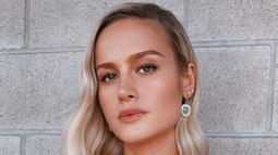 Perhiasan yang dikenakan Brie Larson ini termasuk lima cincin berbeda dari permata oranye, hijau, biru, merah, dan ungu. Perhiasan yang dikenakan oleh pemeran Captain Marvel ini dirancang oleh Irene Neuwirth. (Liputan6.com/IG/brielarson)