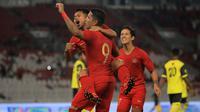 Para pemain Timnas Indonesia merayakan gol yang dicetak Beto Goncalves ke gawang Vanuatu pada laga persahabatan di SUGBK, Jakarta, Sabtu (15/6). Indonesia menang 6-0 atas Vanuatu. (Bola.com/Yoppy Renato)
