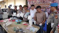 Kapolresta Pekanbaru Komisaris Besar Susanto memperlihatkan 18 kilogram sabu yang dibawa pakai mobil dari Tanjung Pinang. (Liputan6.com/M Syukur)