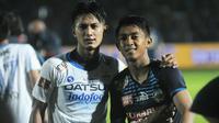Ahmad Alfarizi dan Febri Hariyadi berfoto bersama usai laga Arema Cronus versus Persib Bandung, Minggu (18/12/2016) di Stadion Kanjuruhan, Kabupaten Malang. (Bola.com/Iwan Setiawan)