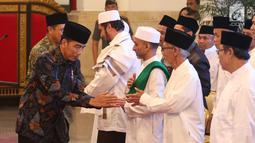 Presiden Joko Widodo bersalaman dengan kiai dan habib se-Jadetabek di Istana Negara, Jakarta, Kamis (7/2). Kepada Jokowi, para ulama dan habib mengaku prihatin atas merebaknya fitnah dan hoaks yang memicu perpecahan. (Liputan6.com/Angga Yuniar)