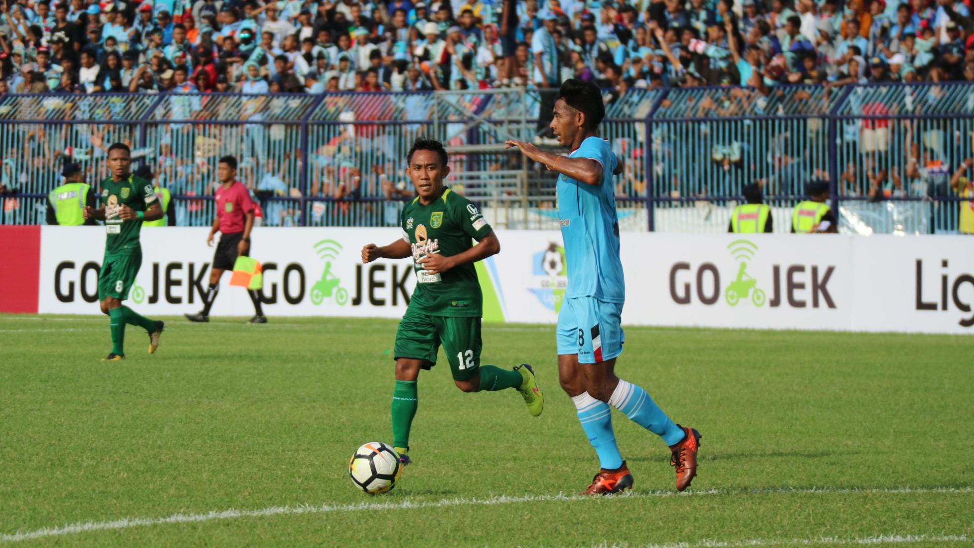 Duel Persela Vs Persebaya pada laga lanjutan Gojek Liga 1 bersama Bukalapak, Jumat (30/3/2018) di Stadion Surajaya, Lamongan. (Bola.com/Aditya Wany)