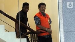 Kasatker PJSA BWS Sumatera VII Bengkulu Edi Junaidi menaiki tangga bersiap menjalani pemeriksaan lanjutan di Gedung KPK, Jakarta, Kamis (17/10/2019). Edi diperiksa sebagai tersangka penyuap eks Kasi Intel Kejati Bengkulu, Parlin Purba. (merdeka.com/Dwi Narwoko)