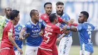 Pemain Persib Bandung saat bersitegang dengan pemain Persija Jakarta pada laga Liga 1 di Stadion GBLA, Jawa Barat, Minggu (23/9/2018). Persib menang 3-2 atas Persija. (Bola.com/M Iqbal Ichsan)