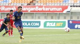 Striker Persela Lamongan, Melvyn Lorenzen menendang bola dari titik pinalti yang membuahkan gol pertama timnya ke gawang Persik Kediri dalam laga Grup C Piala Menpora 2021 di Stadion Si Jalak Harupat, Bandung, Rabu (7/4/2021). Persela bermain imbang 2-2 dengan Persik. (Bola.com/Ikhwan Yanuar)