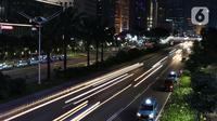 Suasana arus lalu lintas di Jalan Jenderal Sudirman, Jakarta, Selasa (22/4/2020). Gubernur DKI Jakarta, Anies Baswedan resmi memperpanjang masa penerapan Pembatasan Sosial Berskala Besar (PSBB) di Jakarta hingga 28 hari kedepan yakni 22 Mei 2020. (Liputan6.com/Helmi Fithriansyah)