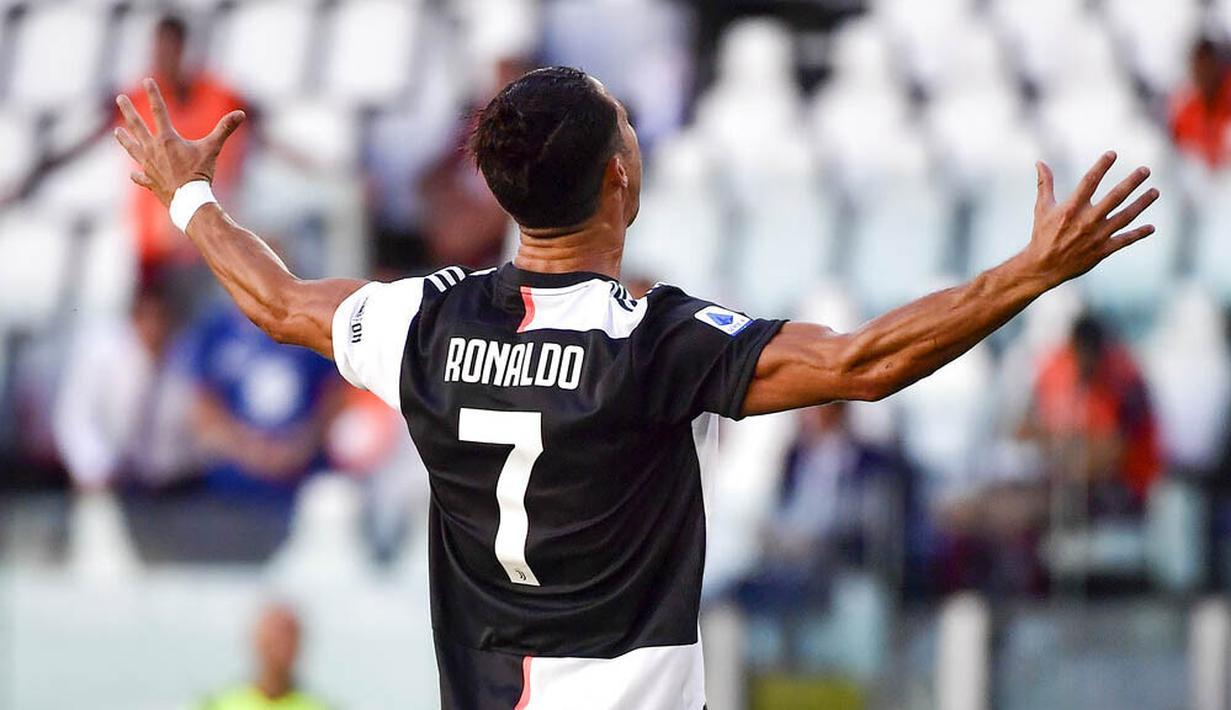 Striker Juventus, Cristiano Ronaldo, melakukan selebrasi usai mencetak gol ke gawang Torino pada laga Serie A di Stadion Allianz, Turin, Sabtu (4/6/2020). Juventus menang 4-1 atas Torino. (AP/Marco Alpozzi)