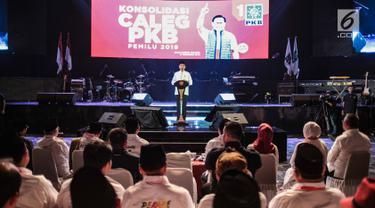 Presiden Joko Widodo memberikan paparan saat menghadiri konsolidasi calon legislatif Partai Kebangkitan Bangsa (PKB) Pemilu 2019 sekaligus haul Abdurrahman Wahid, Gus Dur di Balai Sarbini, Jakarta, Senin (17/12). (Liputan6.com/Faizal Fanani)