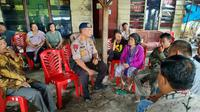 Suasana rumah duka anggota Brimob Polda Riau yang meninggal karena kerusuhan di Yahukimo, Papua. (Liputan6.com/M Syukur)