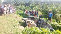 Minibus kecelakaan akibat pecah ban di Jalinsum, 4 penumpang meninggal dunia. (Liputan6.com/Reza Efendi)