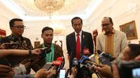 Presiden Joko Widodo, Menpora Imam Nahrawi dan Lifter Eko Yuli Irawan memberi keterangan kepada awak media di Istana Merdeka, Jakarta (8/11). Jokowi mengapresiasi prestasi Eko yang berhasil meraih medali emas di nomor 61 kg. (Liputan6.com/Angga Yuniar)
