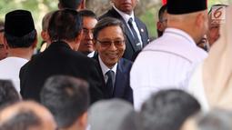 Wakil Presiden ke-11 RI Boediono saat menghadiri pemakaman Presiden ke-3 RI BJ Habibie di TMP Kalibata, Jakarta, Kamis (12/9/2019). Habibie dimakamkan secara militer di TMP Kalibata. (Liputan6.com/Herman Zakharia)