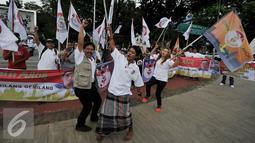 "Para relawan berteriak mendeklarasikan kegiatan ""Relawan Cinta Ahok"" di Jakarta, Sabtu (17/9). Dalam kegiatan tersebut mereka mendukung dan berharap Gubernur Basuki T Purnama kembali mencalonkan diri pada Pilkada 2017-2022. (Liputan6.com/Johan Tallo)"