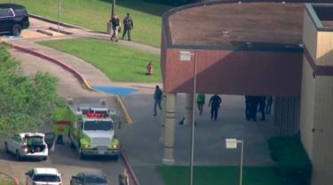 Suasana saat aparat keamanan berusaha membekuk pelaku penembakan di Santa Fe High School, Texas, Amerika Serikat, Jumat (18/5). Sepuluh orang tewas dan 10 lainnya luka-luka dalam peristiwa tersebut. (KTRK-TV ABC13 via AP)
