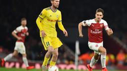 Aksi Alexandr Hleb pada leg 2, babak 16 besar Liga Europa yang berlangsung di stadion Emirates, London, Jumat (22/2). Arsenal menang 3-0 atas Bate Borisov. (AFP/Glyn Kirk)