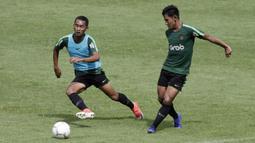 Pemain Timnas Indonesia U-22, Firza Andika, mengirim umpan saat latihan di Stadion Madya, Jakarta, Kamis (17/1). Latihan ini merupakan persiapan jelang Piala AFF U-22. (Bola.com/Yoppy Renato)