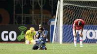 Ucapan Syukur pemain Madura United, Engelberd Sani usai timnya tundukkan Persija Jakarta pada lanjutan Liga 1 2017 di Stadion Patriot, Bekasi, Kamis (4/5/2017). Persija kalah dari Madura United 0-1. (Bola.com/Nicklas Hanoatubun)