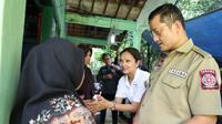 Menteri Sosial Sosial Juliari P. Batubara mengunjungi rumah keluarga korban meninggal siswa SMPN 1 Turi yang susur sungai sempor di Sleman, Sabtu (22/2).