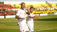 David da Silva merayakan gol bersama Osvaldo Haay pada laga PS Tira vs Persebaya di Stadion Sultan Agung, Bantul, Jumat (13//4/2018). (Bola.com/Ronald Seger Prabowo)