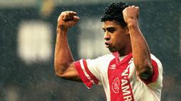 2. Frank Rijkaard, pemain bertahan ini juga merupakan hasil tempaan Johan Cruyff saat melatih Ajax. Mantan bintang AC Milan ini juga mengikuti jejak sang guru, Cruyff, dengan menjadi pelatih dari Barcelona. (Bola.com/www.anp-archief.nl)