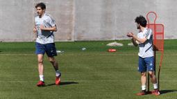 Para pemain Bayern Muenchen, Alvaro Odriozola dan Javi Martinez saat sesi latihan Senin (6/4/2020). Pemuncak klasemen sementara liga Jerman ini berlatih bersama untuk pertamakalinya sejak Bundesliga dihentikan pada 13 Maret karena virus corona. (AFP/Christof Stache)