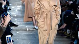 Model Amerika-Somalia, Halima Aden berjalan di runaway Milan Fashion Week membawakan koleksi Max Mara women's Fall/Winter 2017-2018 di Milan, Kamis (23/2). Halima Aden menjadi satu-satunya model berhijab dalam show tersebut. (Miguel MEDINA/AFP)