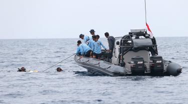 Penyelam Komando Pasukan Katak (Kopaska) TNI AL saat mencari korban pesawat Lion Air JT 610 yang jatuh di perairan Tanjung Karawang, Jawa Barat, Selasa (30/10). Penyelam menggunakan peralatan berteknologi tinggi dalam pencarian. (AP Photo/Tatan Syuflana)