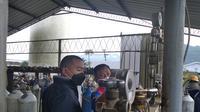 Wakil Gubernur Sumbar, Audy Joinaldy meninjau pabrik oksigen di Padang. (Liputan6.com/ Novia Harlina)