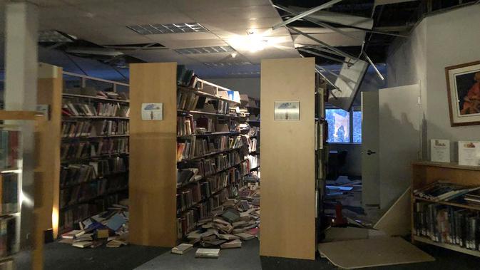 Kondisi perpustakaan The Mat-Su College setelah gempa bumi melanda wilayah Anchorage di Alaska, Jumat (30/11). Gempa bumi berkekuatan 7,0 mengguncang bangunan, memecahkan jendela, dan menyebabkan tiang lampu dan pohon bergoyang. (Holly A. Bell / AFP)
