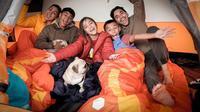 Donna Agnesia-Darius Sinathrya dan ketiga buah hati mereka menikmati liburan singkat dengan berkemah di kawasan Pangalengan, Bandung. (dok. Instagram @dagnesia/https://www.instagram.com/p/CIo9DlFnJZV/)