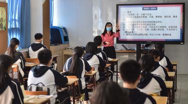 Para siswa belajar peraturan pencegahan dan pengendalian wabah Covid-19 di Sekolah Menengah No. 166, Beijing (11/5/2020). Beijing pada Senin (11/5) memulai kembali kegiatan belajar di kelas untuk siswa tingkat akhir di seluruh sekolah menengah pertama seiring meredanya Covid-19. (Xinhua/Peng Ziyang)