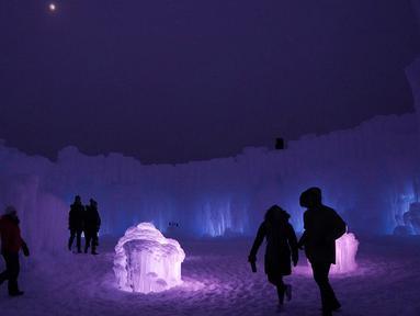 Sejumlah pengunjung melakukan tur di Kastil Es di Excelsior, Minnesota (18/1). Kastil es ini dibangun menggunakan ratusan ribu es oleh seniman es profesional.  (Anthony Souffle/Star Tribune via AP)