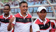 Pelatih Persinga Ngawi, Lulut Kistono, semringah kembali ke markas Persebaya, Sabtu (16/2/2019). (Bola.com/Aditya Wany)