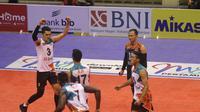 Para pemain BNI 46 merayakan kemenangan atas Jakarta Garuda pada putaran ketiga seri pertama Proliga 2019 di GOR C-tra Arena, Bandung, Minggu (23/12/2018). (foto: PBVSI)