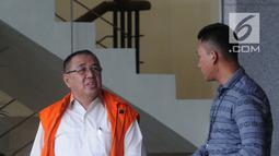 Cagub Sulawesi Tenggara (Sultra) Asrun (kiri) usai menjalani pemeriksaan lanjutan di Gedung KPK, Jakarta, Selasa (17/4). Asrun diperiksa sebagai tersangka dugaan suap proyek pengadaan barang dan jasa tahun 2017-2018. (Merdeka.com/Dwi Narwoko)
